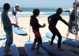 El surf se ha convertido en una pionera terapia para los niños