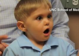 Un niño se emociona al oír por primera vez en su vida la voz de su padre