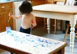 Una niña con autismo de 3 años consigue vender sus obras por casi 2.000 euros