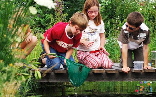Niños jugando en el lago