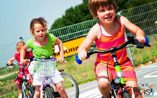 Niños manejando bicicletas