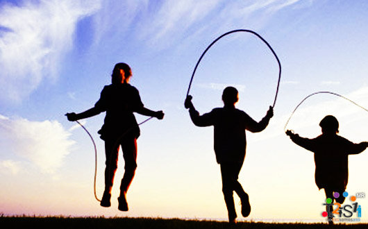 Niños saltando cuerda