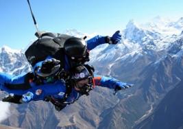 Un hombre con esclerosis múltiple cumple el sueño de saltar del Monte Everest