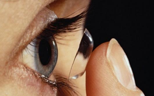 ¿Se pueden dejar los lentes de contacto en agua durante la noche? Entérate aquí