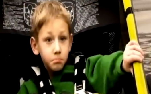 Un niño de 9 años compite en triatlones junto a su hermano con parálisis cerebral