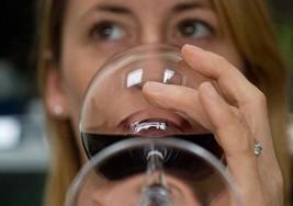 Beber moderadamente protegería de la esclerosis múltiple
