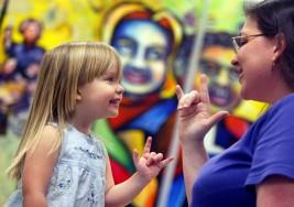 Cómo convertirse en un maestro para personas con discapacidad auditiva