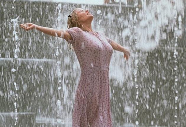 Molly bailando bajo la lluvia