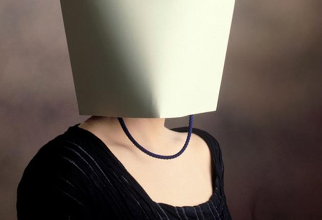 Mujer con la cabeza cubierta con una bolsa de cartón