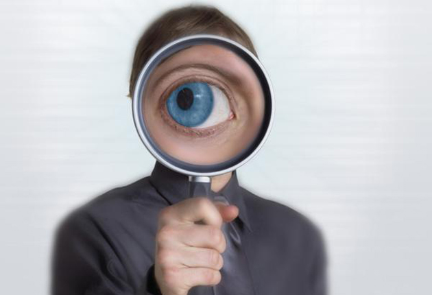 Ojo aumentado de una persona visto a través de una lupa