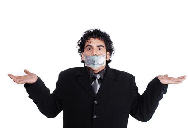Hombre con la boca tapada con cinta adhesiva en señal de duda