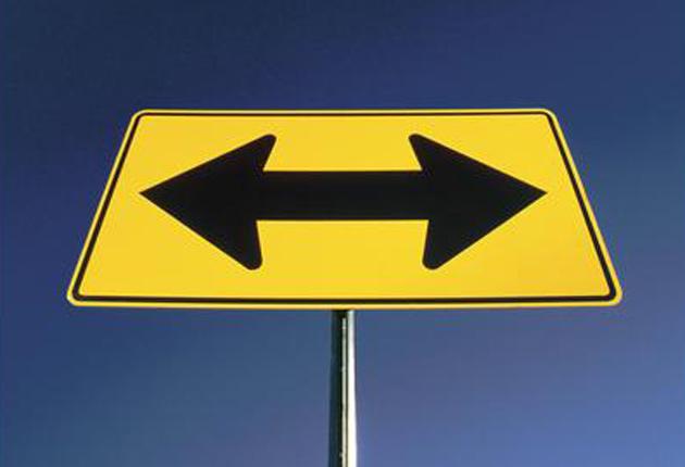 banda de señalización con flecha indicando hacia la izquierda y la derecha