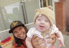 El gozo de una pareja al lograr adopción de niña con síndrome de Down