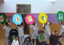 """Centro de parálisis cerebral graba un vídeo de la canción """"Happy"""" con sus asistentes"""