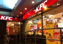 Restaurante de KFC acusado de expulsar a una niña desfigurada por un ataque de perro
