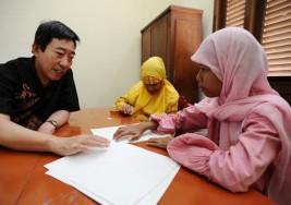 Niños ciegos aprenden a leer el Corán en Indonesia
