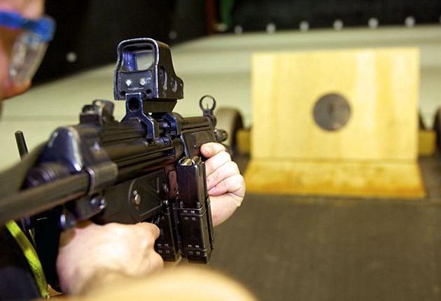 Una niña de nueve años mata a tiros a sua instructor