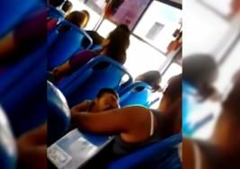Indigna a los usuarios de YouTube una Madre que regaña a su hijo con síndrome de down por dormirse parado en el camión