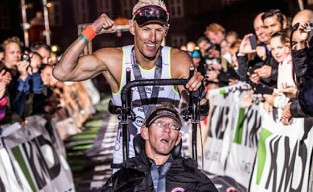 Un danés supera el Ironman junto a su gemelo con parálisis cerebral