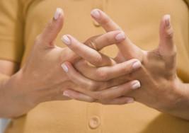Tronarse los dedos produce artritis, ¿mito o realidad?