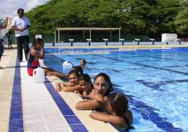 Reciben niñas con síndrome de down técnicas de nado sincronizado