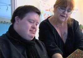 La historia de Manu, el joven con síndrome de Down que recibió 30.000 postales por su cumpleaños