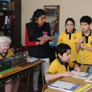 Personas con discapacidad visual aprenden Braille en Chile