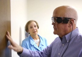 Hombre ve a su esposa por primera vez en 30 años con ojo biónico