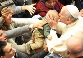 El Papa Francisco preside emotivo encuentro con afectados de autismo