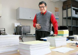 Joven con autismo destaca como dedicado archivista