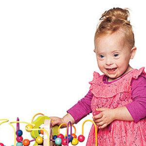 Pequeña con síndrome de down aparece en un aviso de juguetes