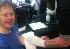 Una historia entrañable: un tatuador regala calcomanías a una mujer con Síndrome de Down