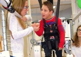 Un niño con parálisis cerebral mejora con un robot pediátrico gracias a las redes sociales