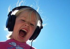 Mil millones de jóvenes en riesgo de sufrir sordera a causa de prácticas inseguras de escucha