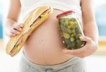 Mujer embarazada con alimentos en las manos