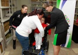 DIF entrega silla de ruedas adaptada a menor con parálisis cerebral