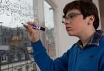 Chico con autismo haciendo cálculos