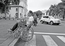 Bloquean calle pacientes de esclerosis múltiple