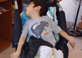 Gobierno ayudó a un niño con parálisis cerebral