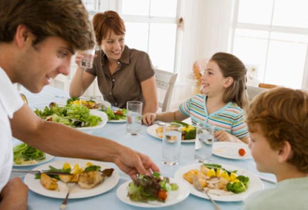Familia reunida comiendo