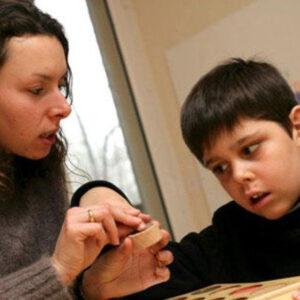Chico con autismo y su madre