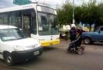 Hombre protesta frente a un autobus con s silla de ruedas