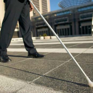 Persona ciega con bastón caminado