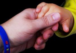 """""""El autismo deja dos pacientes: niño y padres"""""""