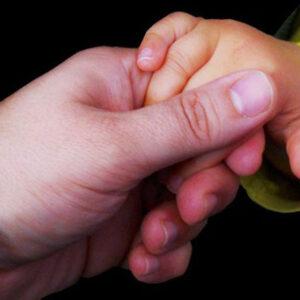 Manos unidas de padre e hijo