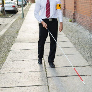 Hombre caminado con bastón