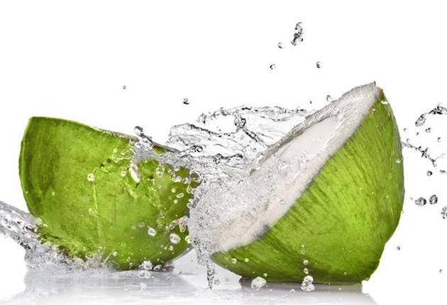 Después de ver esto querras tomar agua de coco todo los días