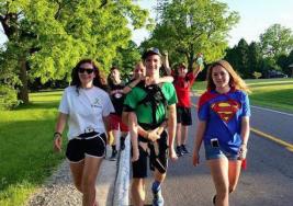 EN MICHIGAN (EEUU)  Un adolescente anda 92 kilómetros con su hermano a cuestas para concienciar contra la parálisis cerebral