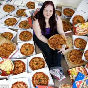 Mujer con muchas pizzas al rededor.