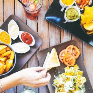 Alimentos sobre la mesa.
